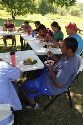 Garden Warriors eating a healthy lunch. Photo by Angelo Baca